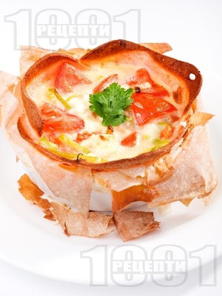Бързо предястие - гнездо от кори за баница пълнено с шунка, яйца, сирене и домати на фурна - снимка на рецептата